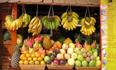 manav dükkanında sergilenen meyveler
